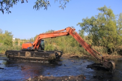 Очистка водоемов плавающим экскаватором